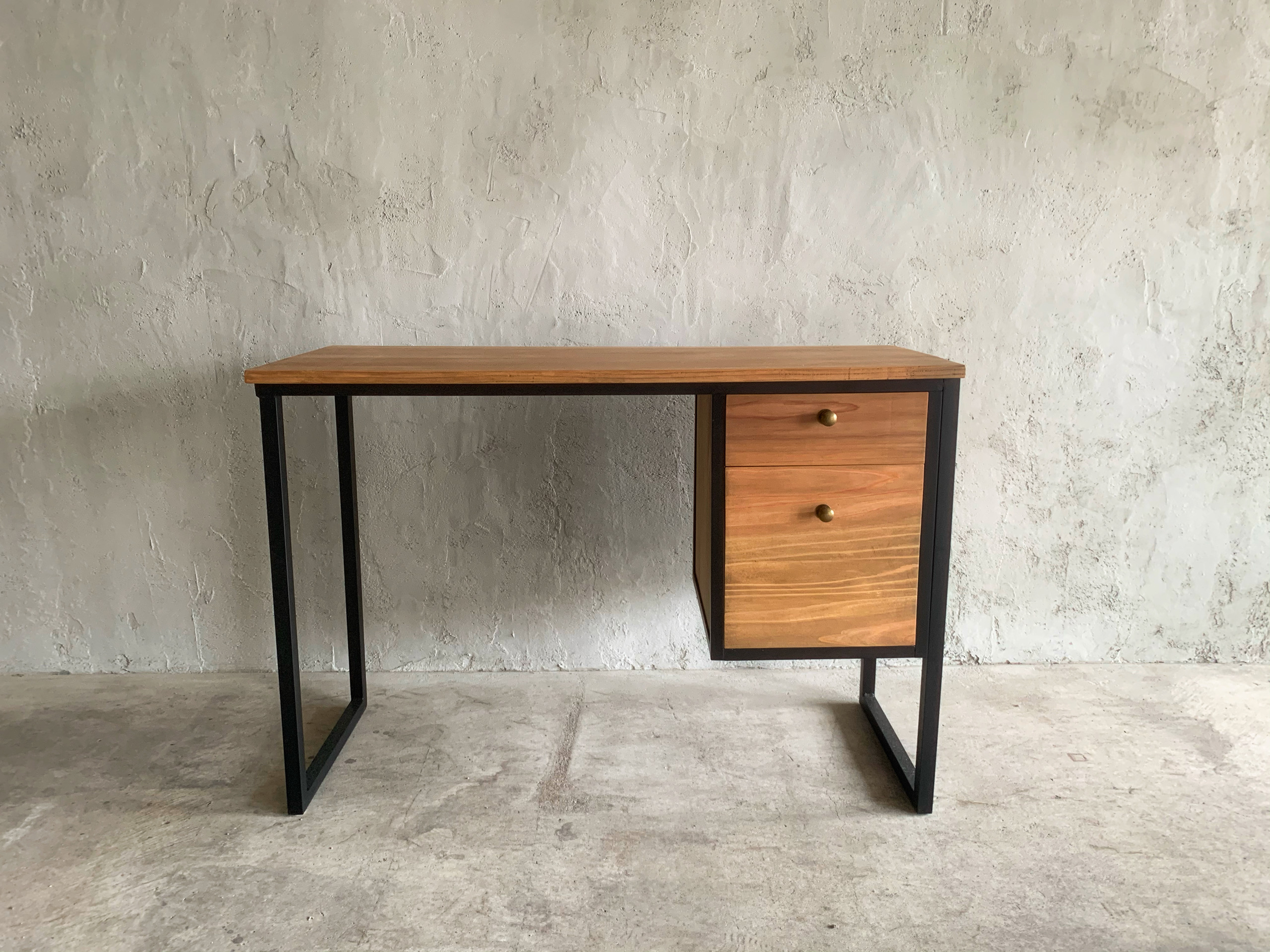 One-sleeved desk with two drawers の画像