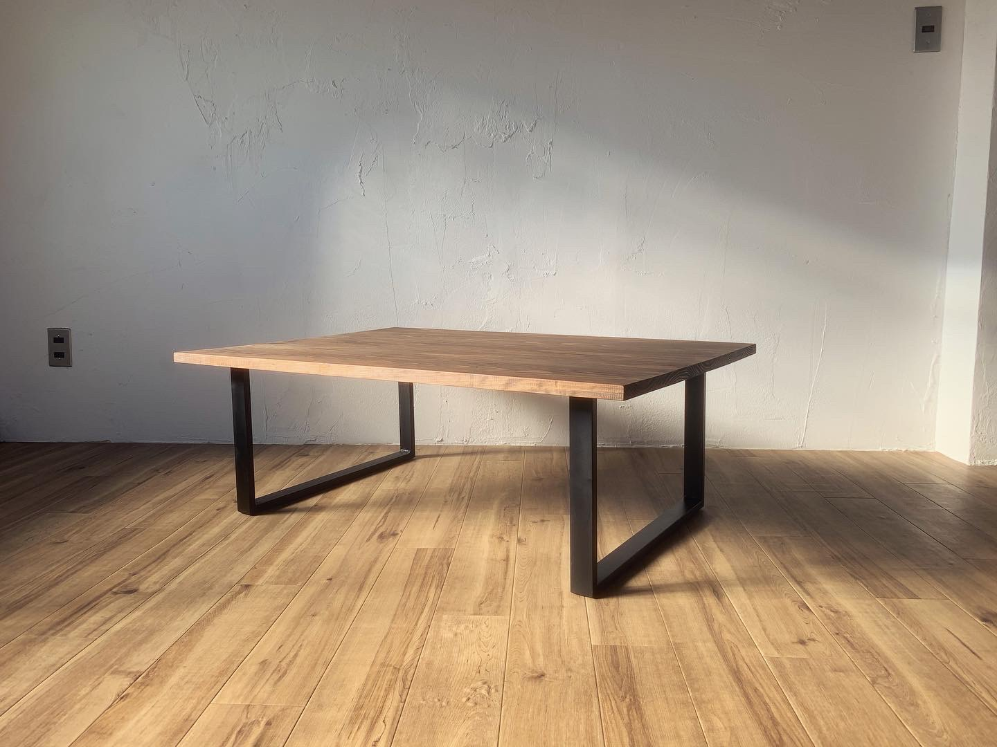 square iron legs low table の画像